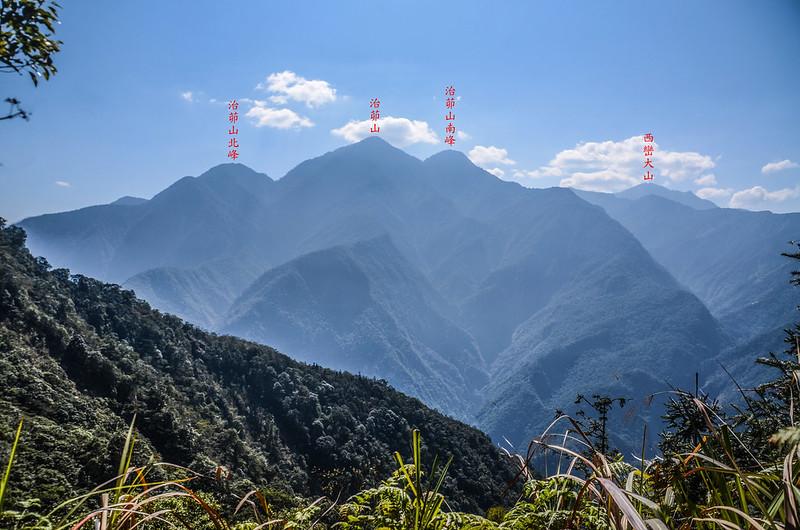 竹墓山山腰(1237 m)南望治茆、西巒大山 1-1