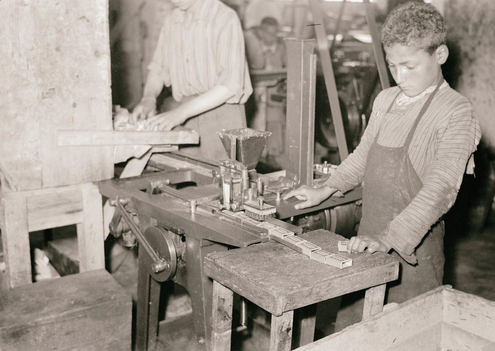 09. 1940. Шхем. Спичечная фабрика. Машинная маркировка спичечных коробок