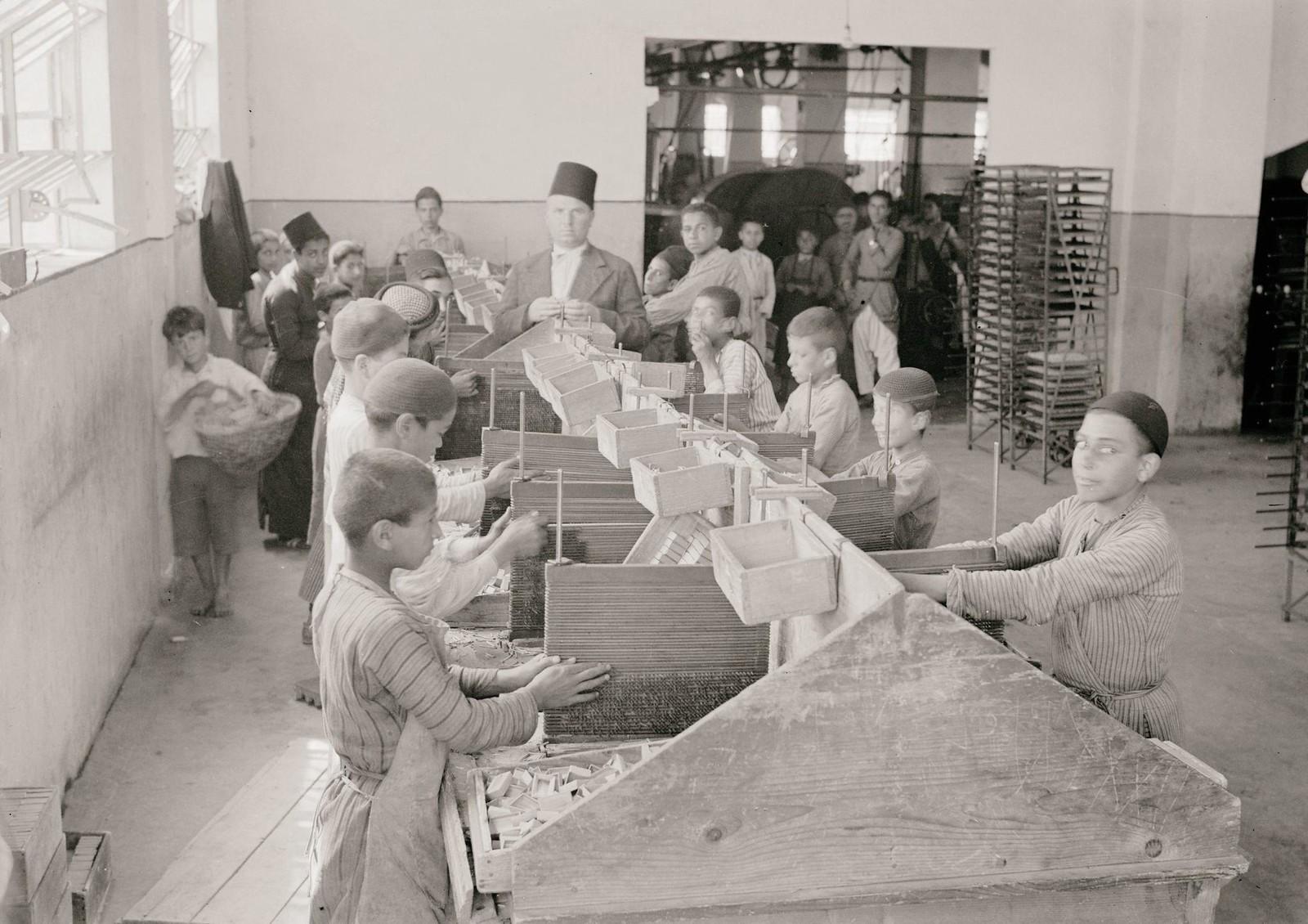 08. 1940. Шхем. Спичечная фабрика. Мальчики работают над спичечными коробками
