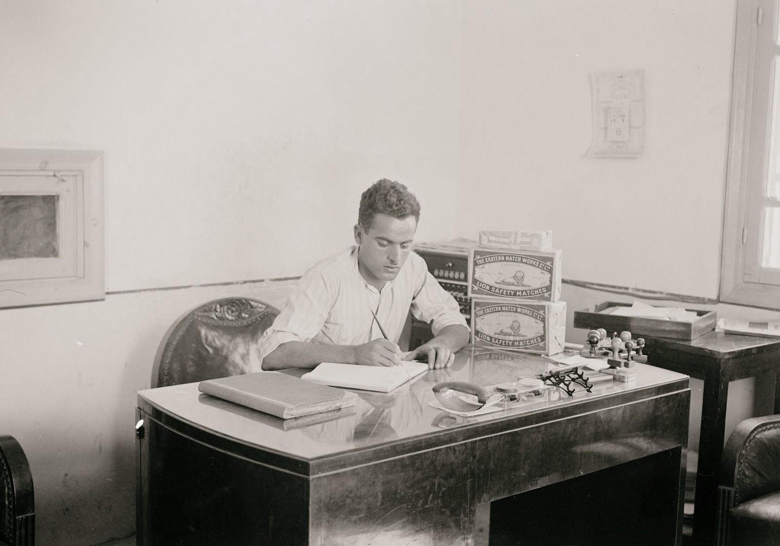 14. 1940. Шхем. Спичечная фабрика. Один из владельцев за своим столом