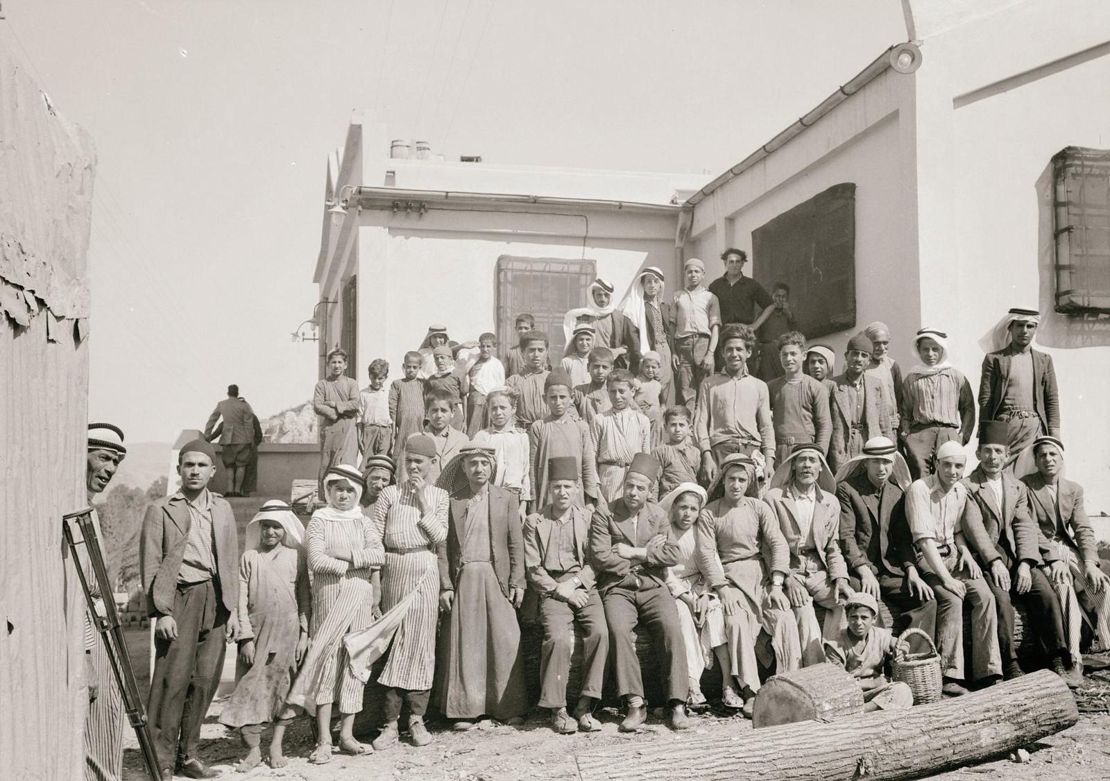 13. 1940. Шхем. Спичечная фабрика. Группа рабочих вне фабрики