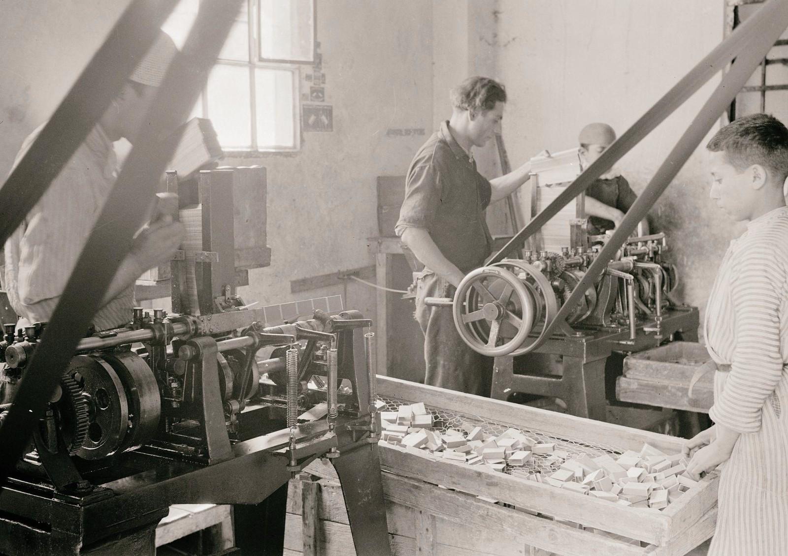 07. 1940. Шхем. Спичечная фабрика. Изготовление спичечных коробок машинным способом