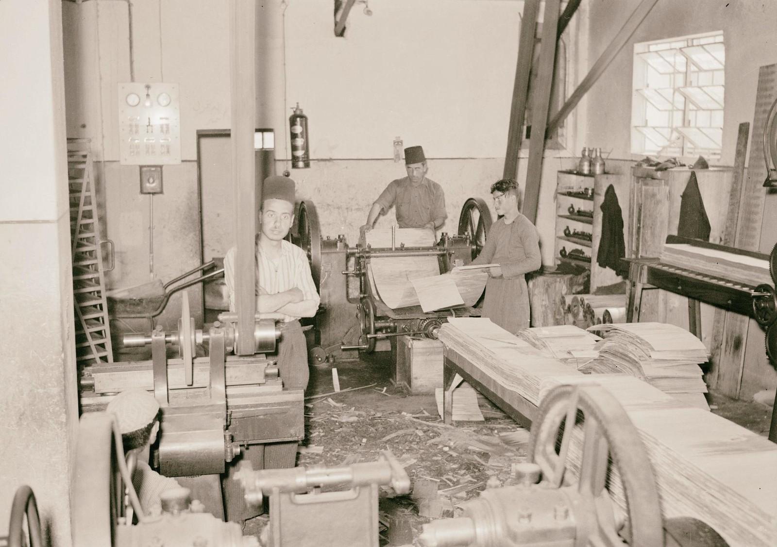 04. 1940. Шхем. Спичечная фабрика.  Резка заготовок на токарном станке на полосы