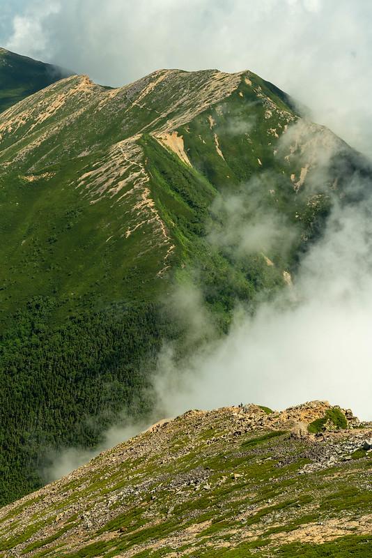 雲のぼる常念岳