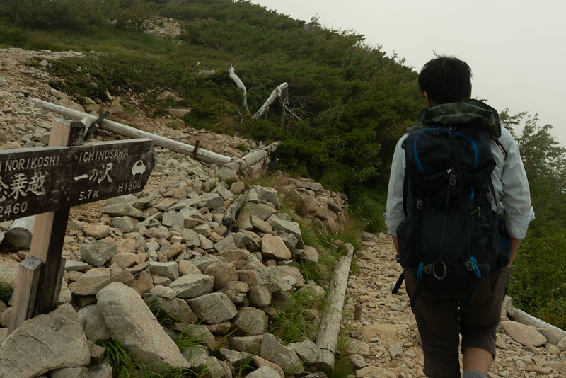 常念岳を下山する