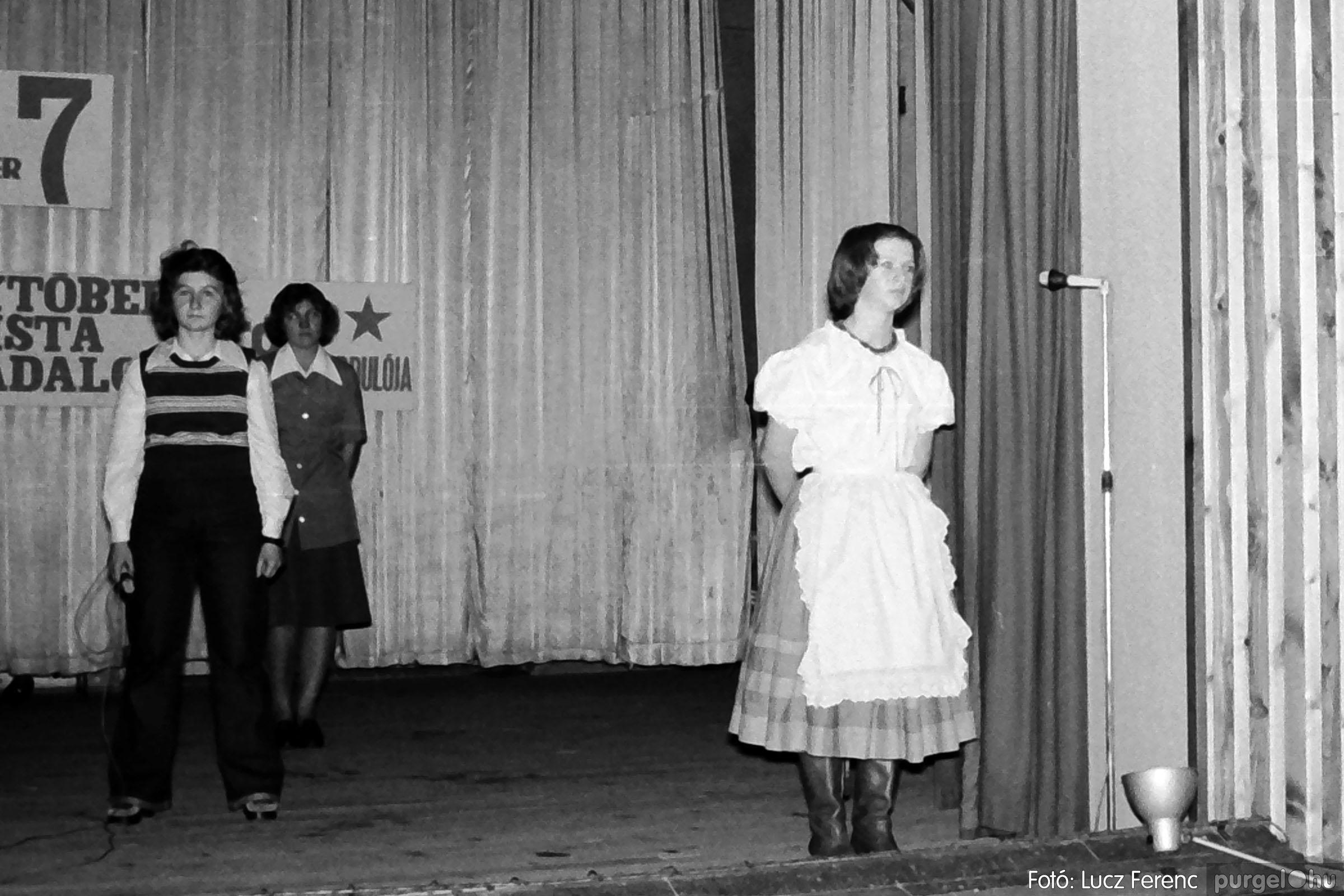 1975.11.07. 023 26. negatív - November 7-i ünnepség - Fotó: Lucz Ferenc - IMG00024q.jpg
