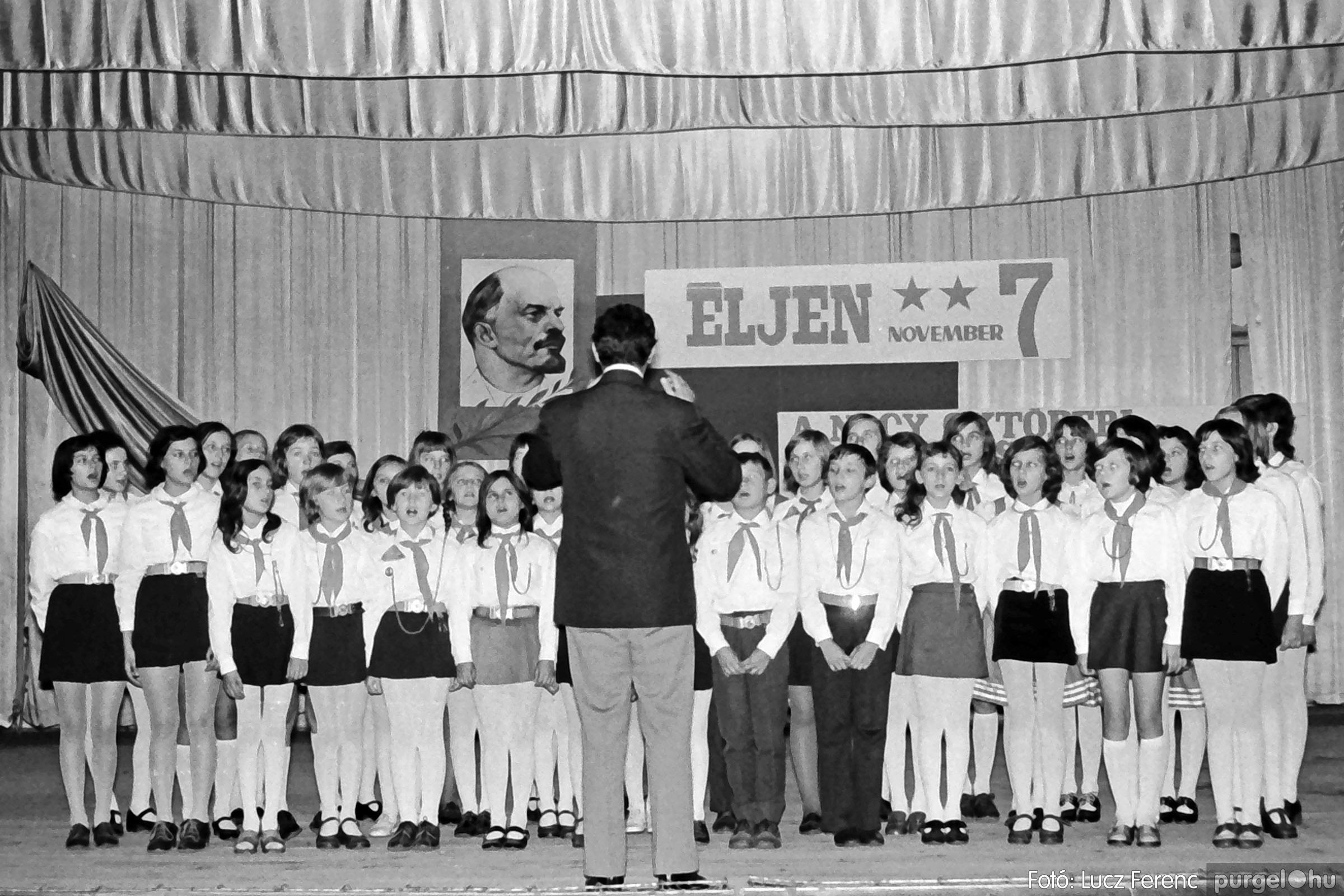 1975.11.07. 017 26. negatív - November 7-i ünnepség - Fotó: Lucz Ferenc - IMG00018q.jpg
