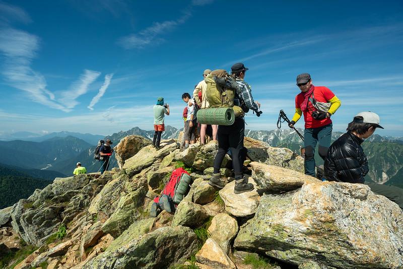 狭い常念岳の山頂
