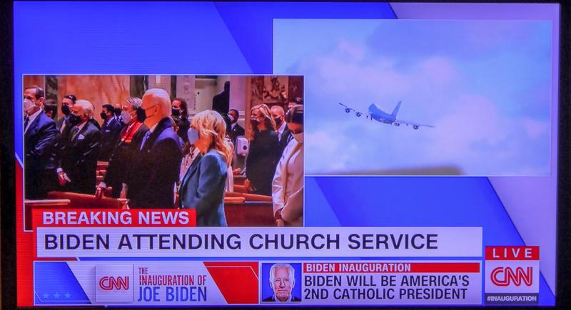 ミサ出席のバイデン氏。トランプ氏を乗せ飛び立った専用機(CNN生中継より)