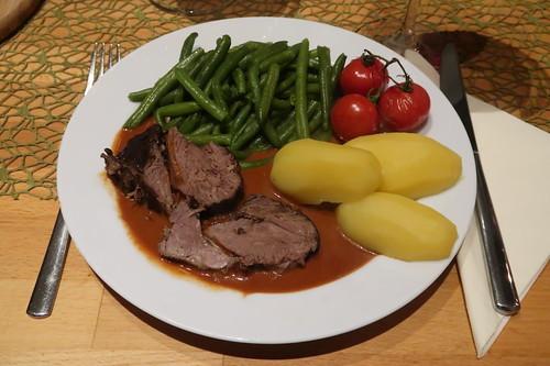 Lammkeule mit Butterbohnen, geschmorten Tomaten und Salzkartoffeln (mein Teller)