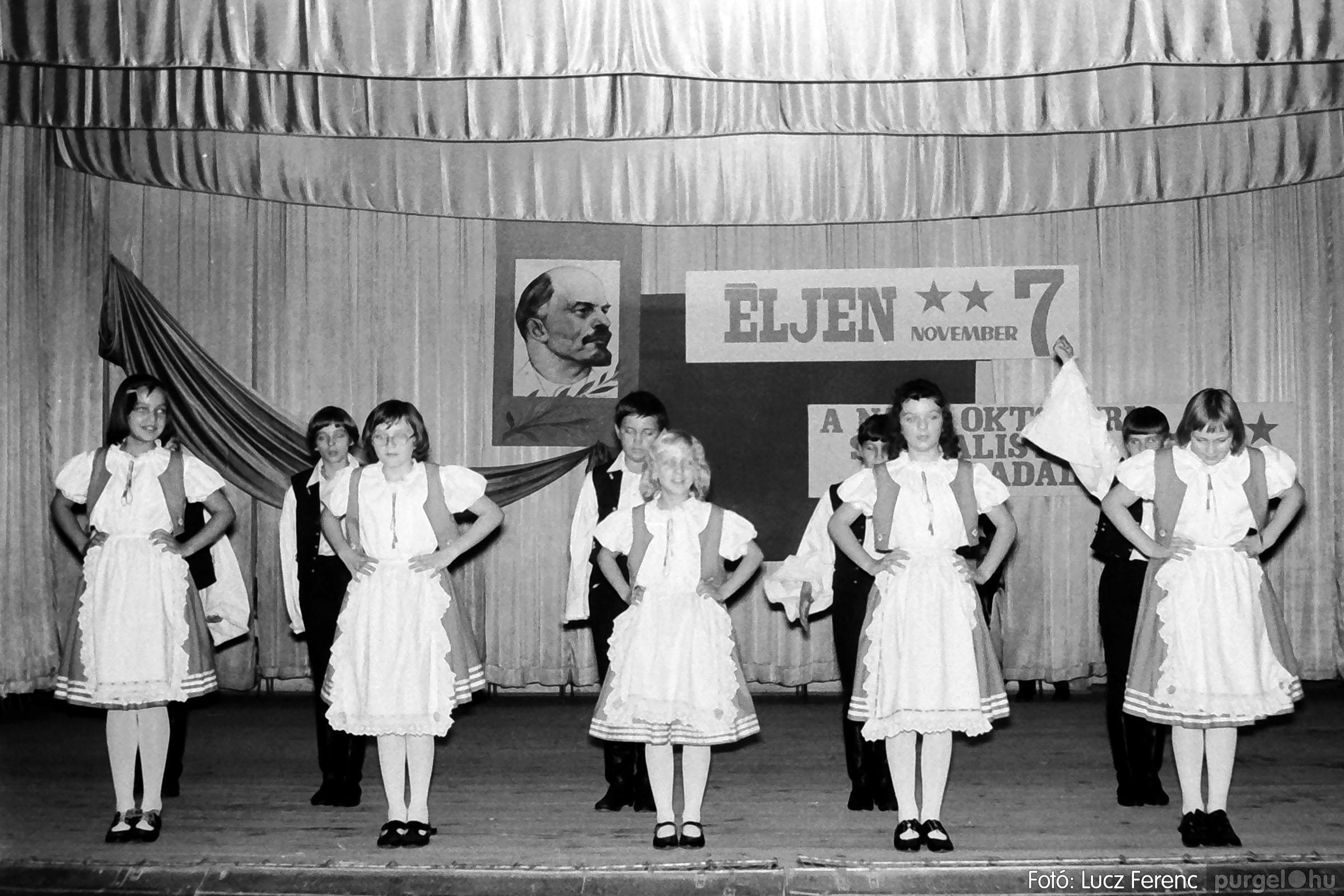 1975.11.07. 029 26. negatív - November 7-i ünnepség - Fotó: Lucz Ferenc - IMG00030q.jpg