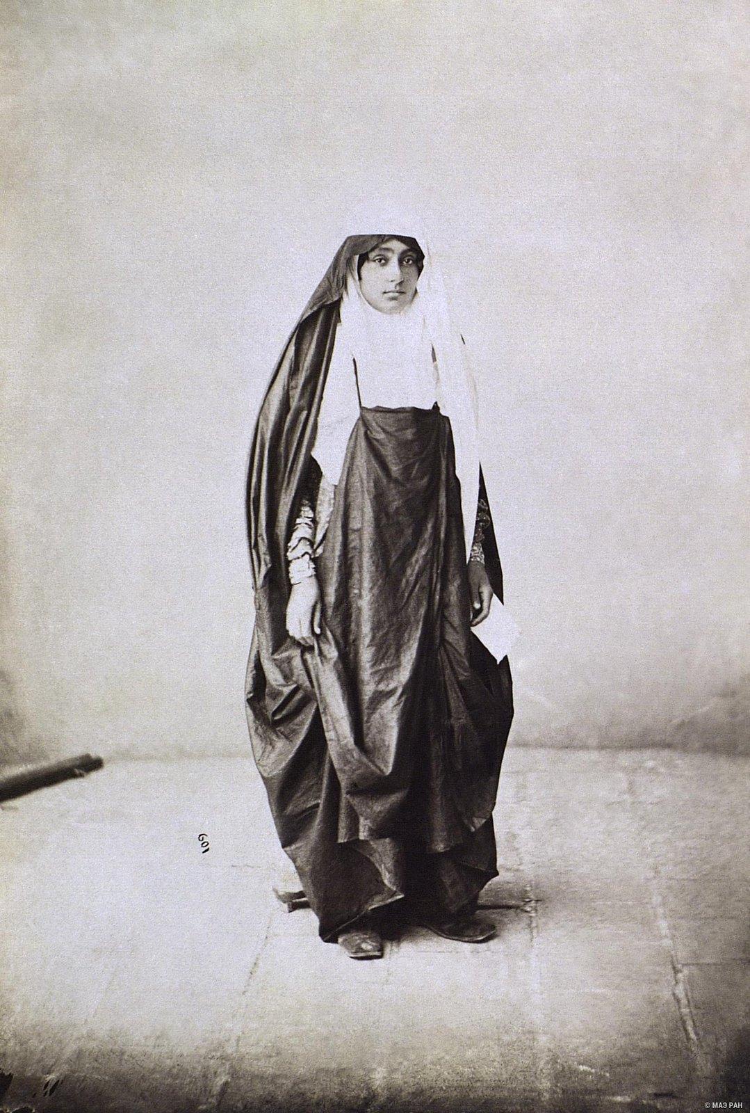 Женщина в выходном костюме