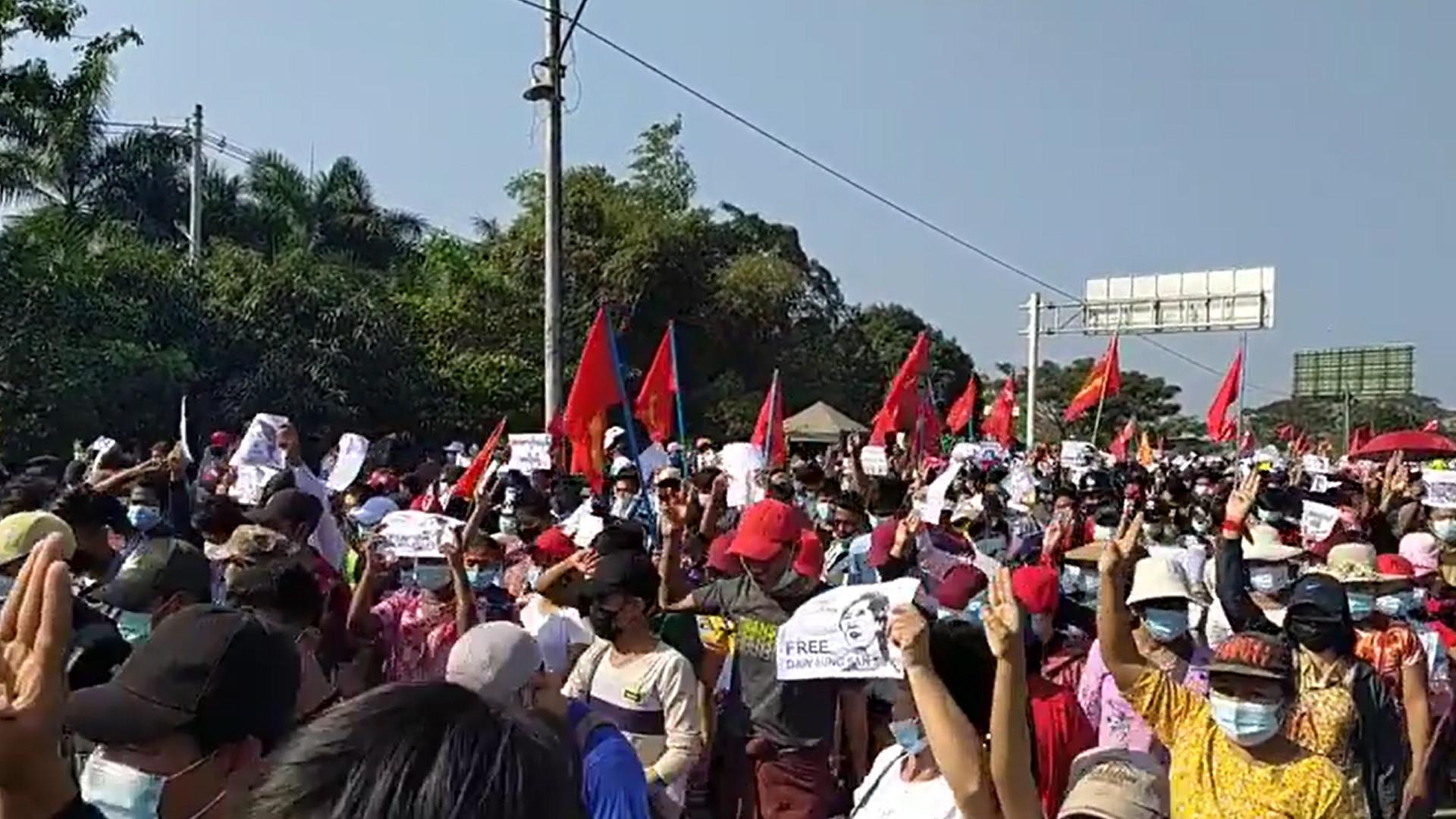 ผู้ประท้วงต้านรัฐประหารที่หล่ายตายา ชานเมืองย่างกรุง (ที่มา: Myanmar Labour News)