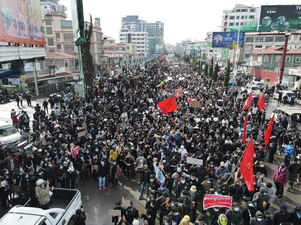 ผู้ประท้วงต่อต้านรัฐประหารที่ตองจี เมืองหลวงรัฐฉาน เมื่อ 8 ก.พ. 64(ที่มา: Facebook/Khunsithu)