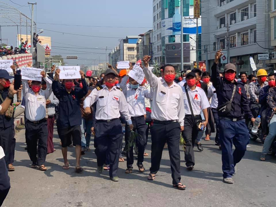 พนักงานรถไฟที่เมืองมัณฑะเลย์ร่วมเดินขบวนกับประชาชน (ที่มา: Wai Moe Aung)