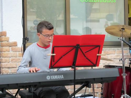 Gabriel tocando en un concierto de la primera Gira por Casetas con 12 años (2012)