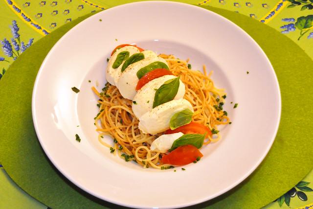 Februar 2021 ... Spaghetti mit Olivenöl und Knoblauch, Insalata Caprese ... Brigitte Stolle
