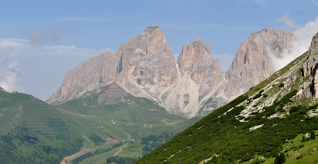 Montée vers le col Pordoi, 2239 m, entre le Trentin-Haut-Adige et la Vénétie, Dolomites, Italie.