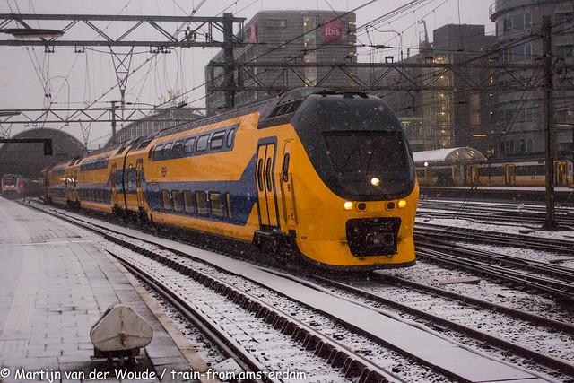 20210116_NL_Amsterdam_NS ViRMm leaves snowy Amsterdam Central