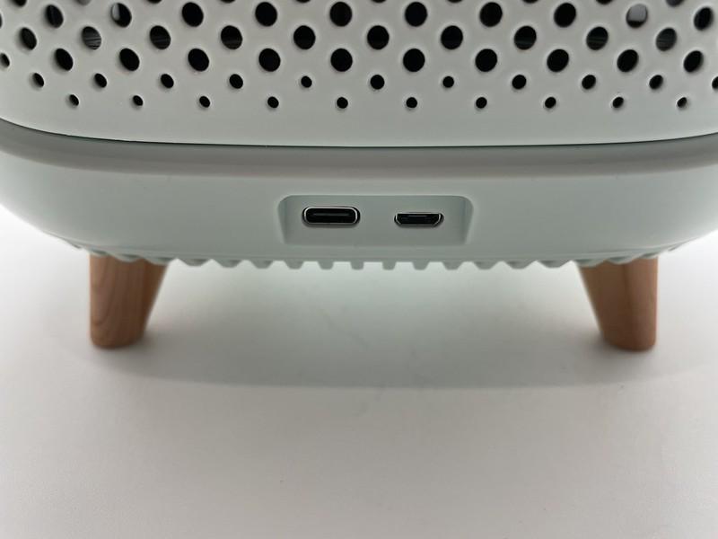 開箱第一個我們先看到的是配件,只有一條充電線跟使用說明書,沒有笨重的供電器