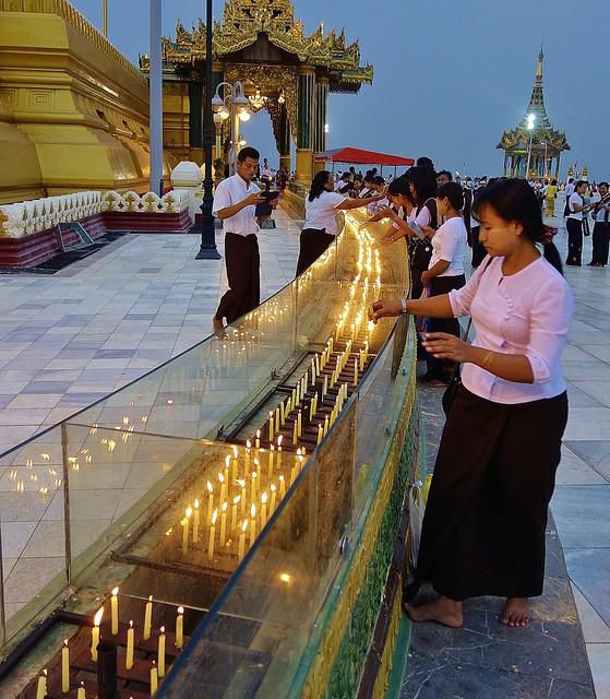 MYANMAR ,Burma , Naypyidaw die neue , ganz spezielle Hauptstadt, rund um die neue, gigantische Friedenspagode-Uppatasanti-Pagode, es wird Abend,  Kerzen rund um die Pagode,  78187/13372