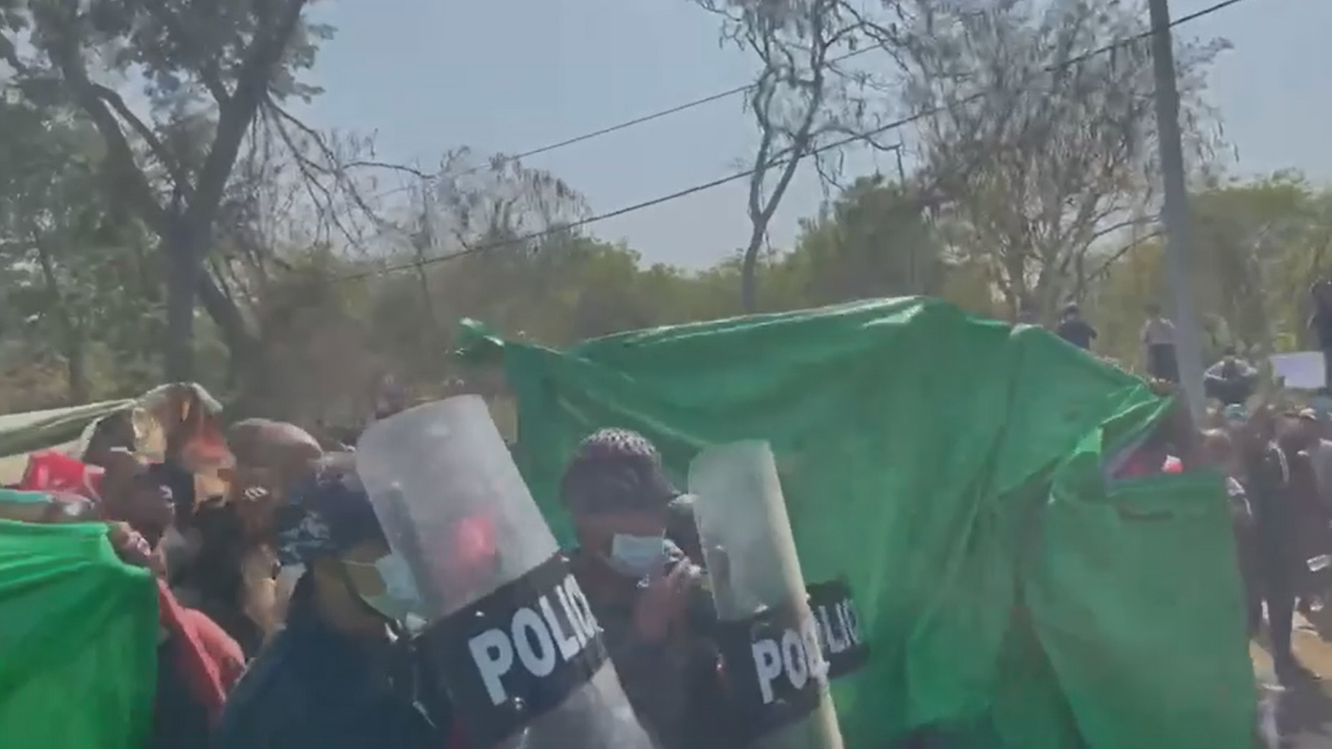 ในการสลายชุมนุมด้วยรถฉีดน้ำเมื่อ 9 ก.พ. 64 ที่เมืองมะกเว ภาคมะกเว มีตำรวจถอนกำลังมาตั้งโล่อยู่ฝั่งผู้ชุมนุม ทำให้ผู้ชุมนุมโห่ร้อง และตำรวจต้องยุติการใช้รถฉีดน้ำ