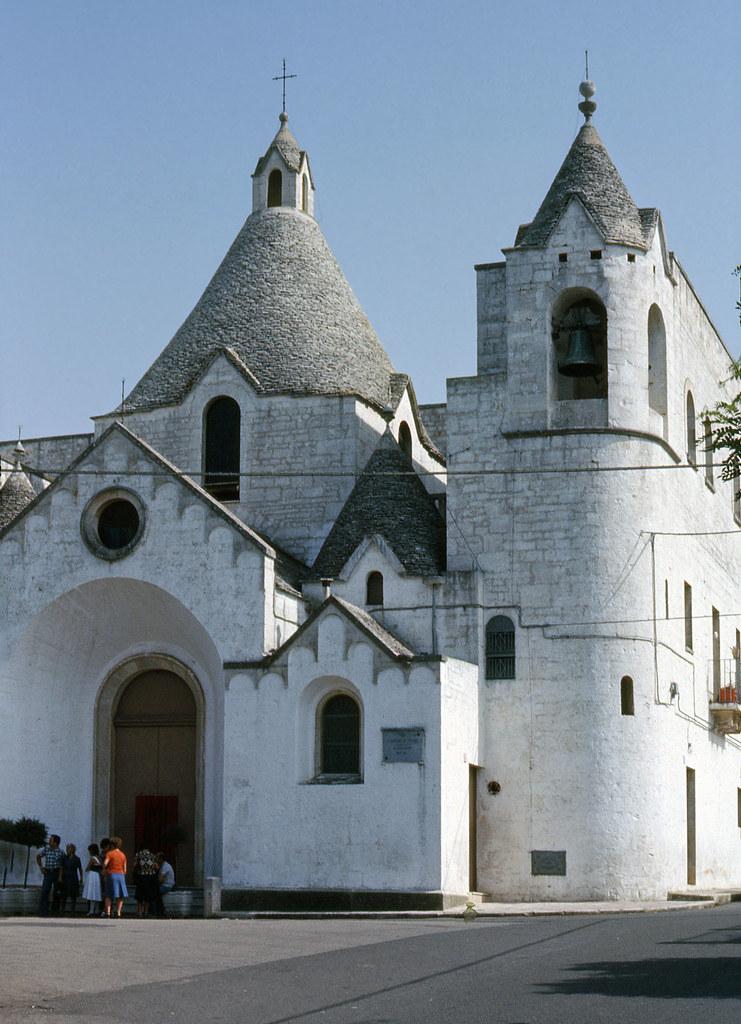 Una chiesa ad Alberobello (agosto 1976)