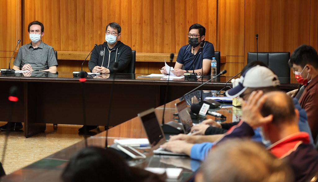 中華籃協副秘書長李雲翔、秘書長李一中、執行教練鄭志龍(由左自右)。(籃協提供)