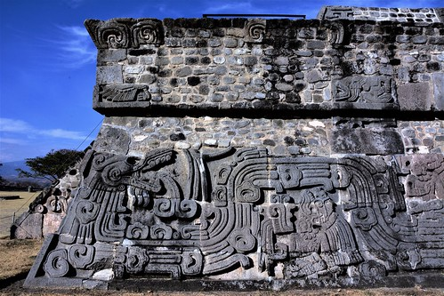 ***Quetzalcoatl***  Serpiente Emplumada grabada en los 4 costados de la pirámide.