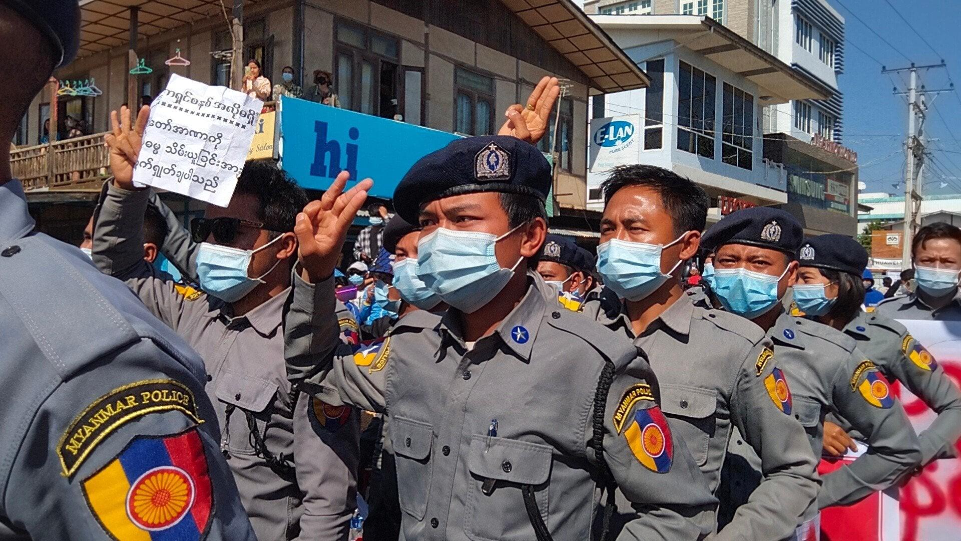 ตำรวจพม่าที่เมืองลอยก่อ รัฐกะเรนนี เดินขบวนต้านรัฐประหาร เมื่อ 10 ก.พ. 64 (ที่มา: แฟ้มภาพ/Kantarawaddy Times)