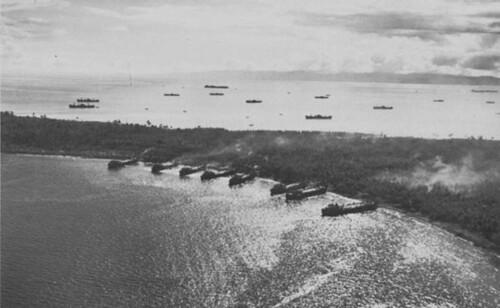 LSTs bevoorraden Blue Beach, Morotai