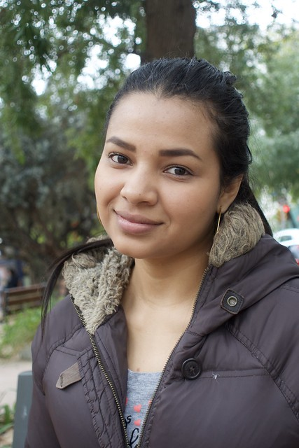 Paola Espinoza, d'Hondures, feliç davant la càmera amb un somrís.  Captura: Jardins Montserrat, Barcelona.