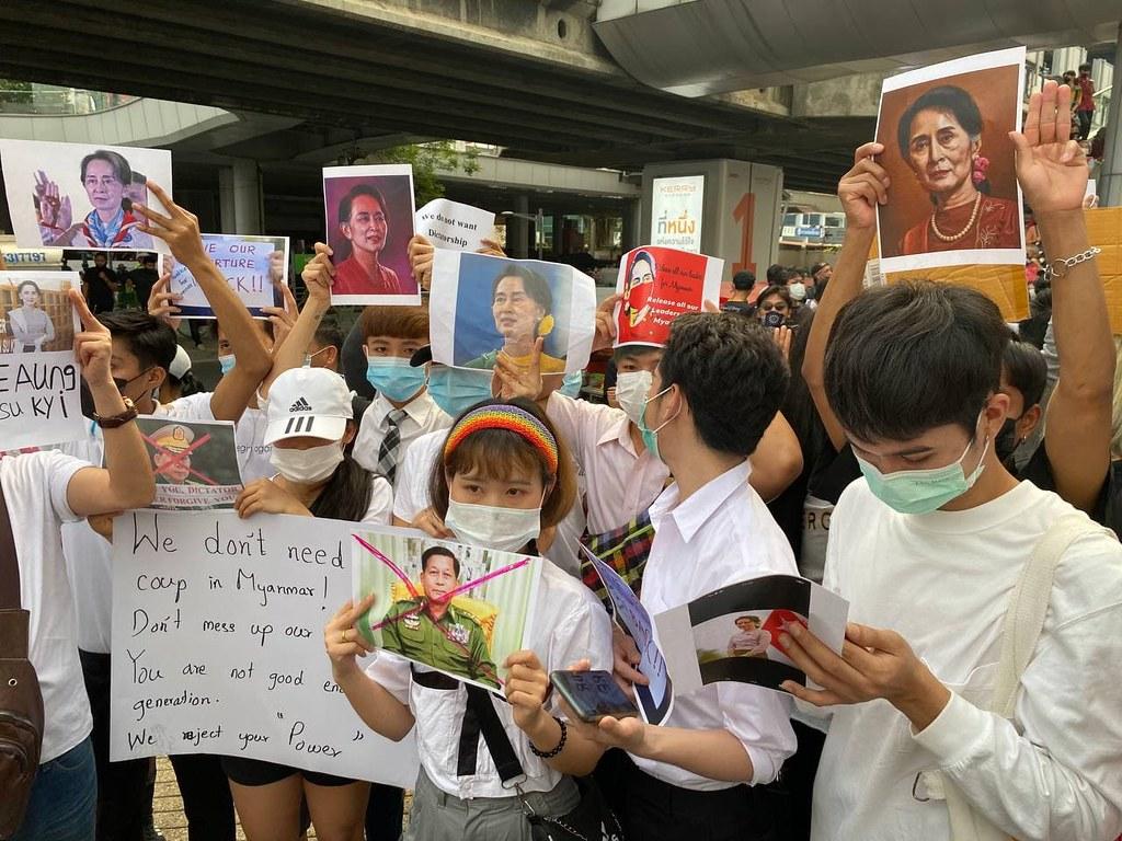 พบผู้ร่วมชุมนุมถือป้ายต้านรัฐประหารพม่าบริเวณดังกล่าวเช่นกัน
