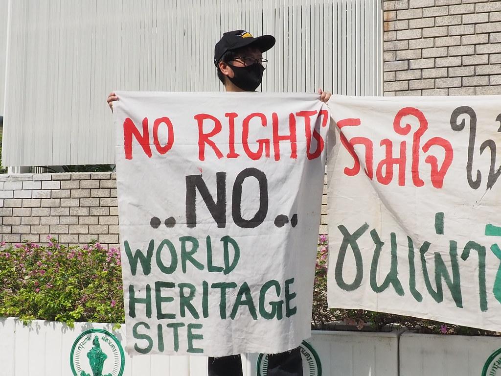 """หนึ่งในตัวแทนเครือข่ายที่มายื่นหนังสือถึงองค์การสหประชาชาติเมื่อวันที่ 10 ก.พ.ถือป้ายผ้ามีข้อความว่า """"No rights, no world heritage site"""" (""""ถ้าไม่มีสิทธิ ก็ไม่มีมรดกโลก"""")"""