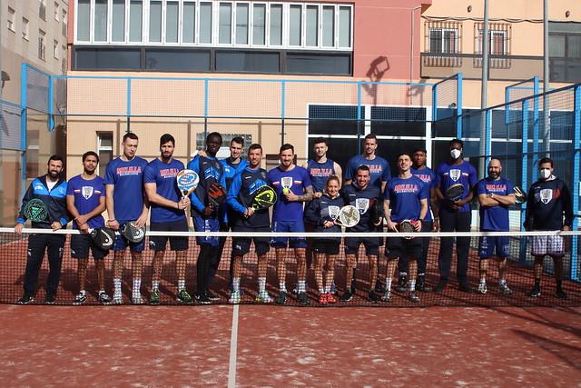 ENTRENAMIENTO | El equipo cambia por un día el baloncesto por el pádel