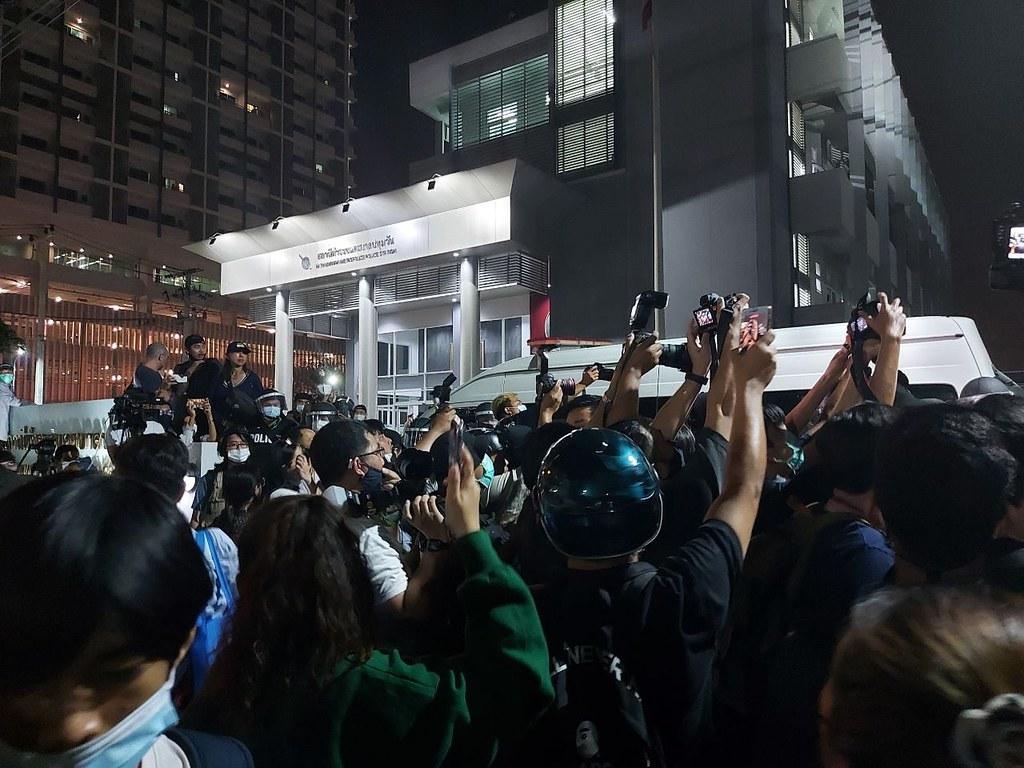 19.42 น. มวลชนเคลื่อนตัวถึง สน.ปทุมวัน ตำรวจชุดควบคุมฝูงชนและรถตู้ตำรวจ ตั้งเป็นแถวปิดทางเข้า-ออก เพื่อสกัดมวลชนไม่ให้เข้าถึงหน้า สน. ขณะที่ผู้นำขบวนมวลชน ขอให้มวลชนสงบนิ่ง และใจเย็น โดยบอกว่า เรามาเพื่อเจรจา ไม่ได้ตั้งใจใช้ความรุนแรง 19.54 น. ไมค์ ภาณุพงศ์ จาดนอก ระบุให้ เวลาตำรวจถึง 20.30 น. ต้องปล่อยตัวผู้ที่ถูกควบคุมตัวทั้งหมด  รวมทั้งเยาวชนที่ถูกควบคุมที่เหลืออีก 2 คน หากตำรวจไม่ยอมปล่อย ไมค์จะให้มวลชนบุกเข้าไปใน สน. ปทุมวันทันที