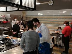 Un grupo de ocio y tiempo libre participa en una sesión de repostería en la escuela de cocina Laratz Bilbao el 6 de febrero de 2021.