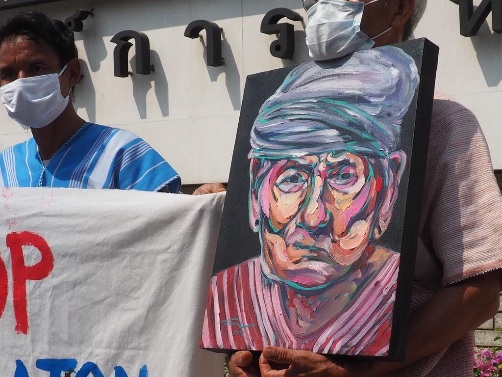 หนึ่งในตัวแทนเครือข่ายที่มายื่นหนังสือถึงองค์การสหประชาชาติเมื่อวันที่ 10 ก.พ. ถือภาพวาดของปู่คออี้ ผู้นำทางจิตวิญญาณของชาวกะเหรี่ยงบ้านบางกลอย