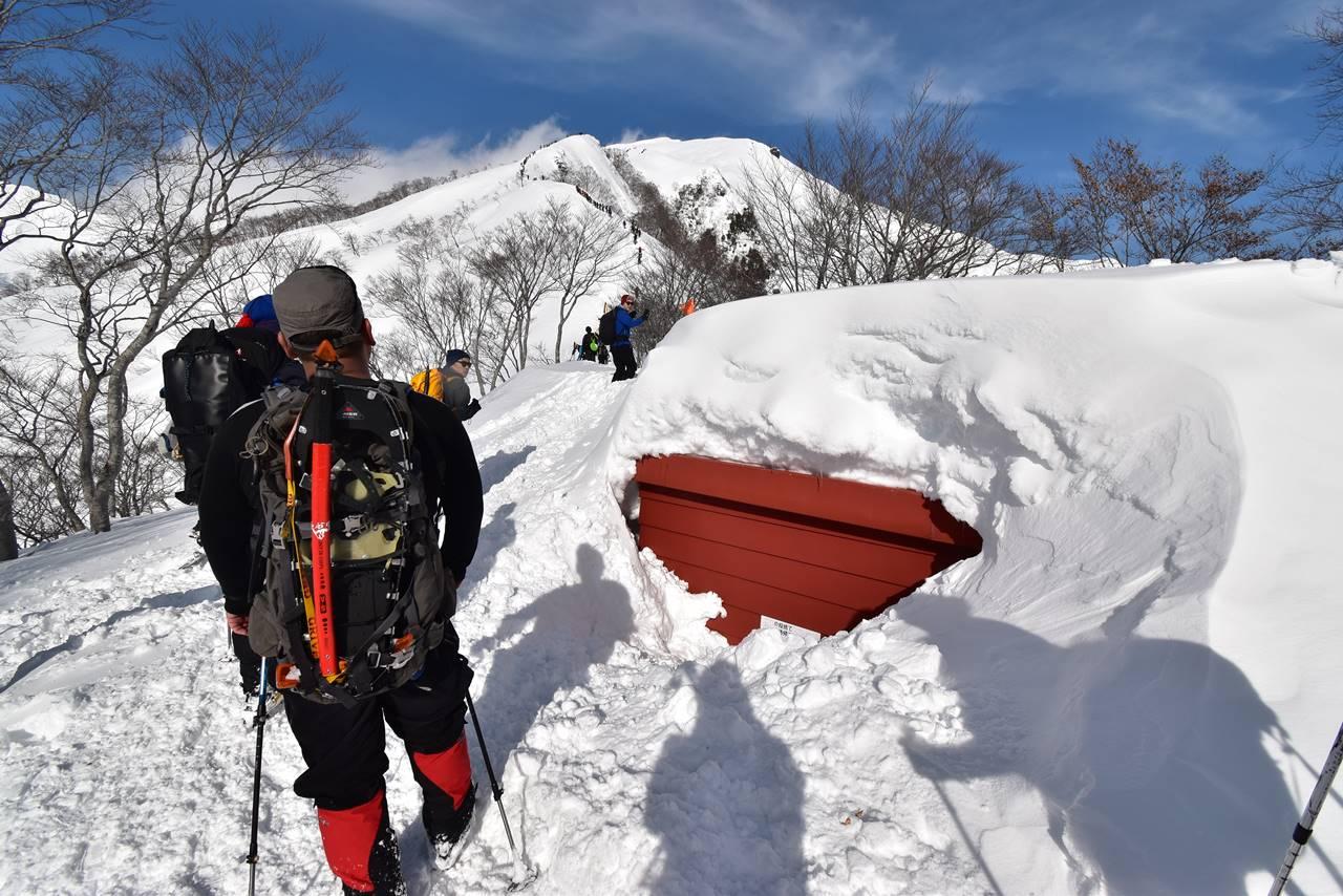 冬の谷川岳 雪に埋まる熊穴沢避難小屋