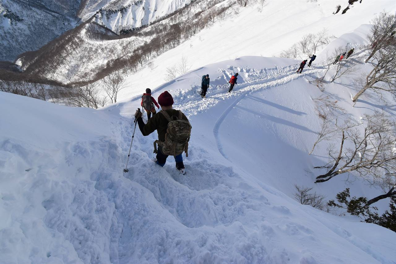 冬の谷川岳(天神尾根コース)雪山登山 急な下り坂