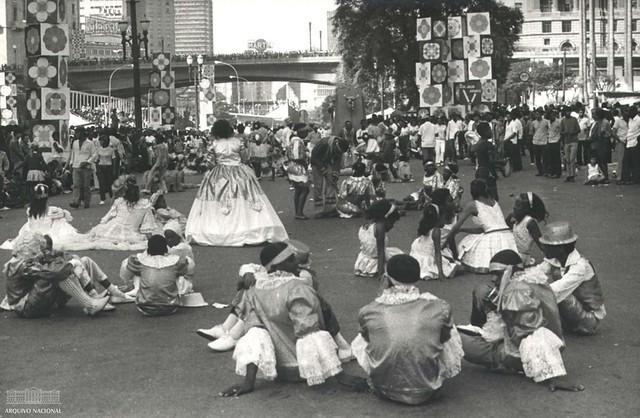 Foliões aguardam para desfilar em Escola de Samba, São Paulo, 1970