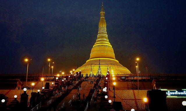 MYANMAR , Burma , Naypyidaw die neue , ganz spezielle Hauptstadt, rund um die neue, gigantische Friedenspagode-Uppatasanti-Pagode, am  Abend, imposant,  (in explore), 78192/13380