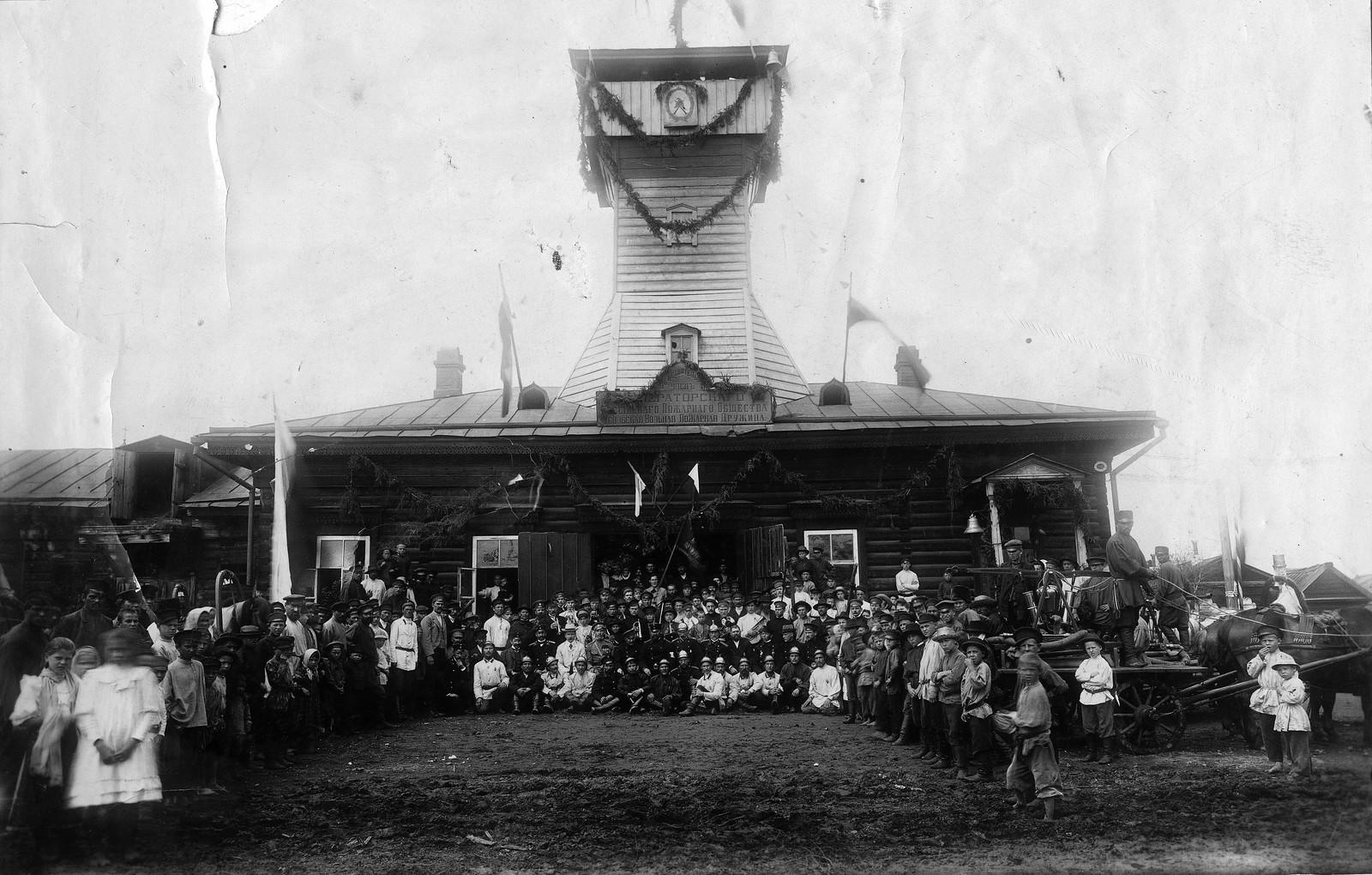 1912. Усольская вольная пожарная дружина, действительный член Императорского российского пожарного общества, с местным населением.