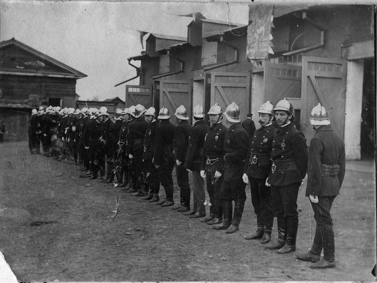 1908. Пожарная дружина добровольного пожарного общества у своего здания по улице Арсенальной