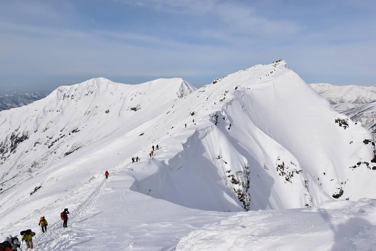 冬の谷川岳(天神尾根コース)雪山登山 オキの耳と稜線の雪庇