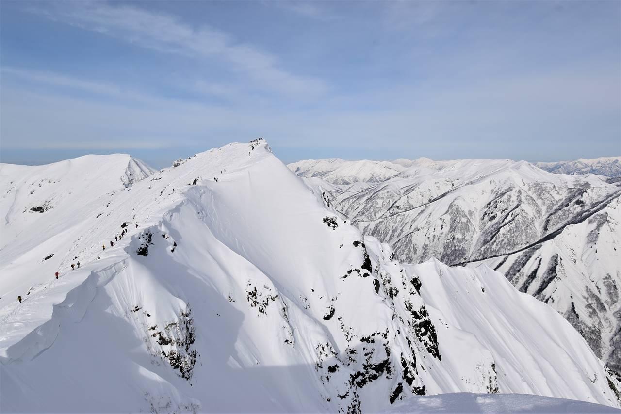 谷川岳・オキの耳と巻機山方面の雪景色