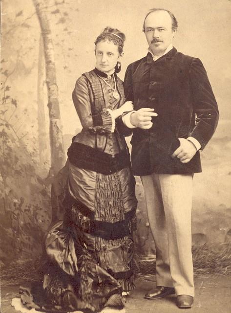 Une femme et un homme non identifiés
