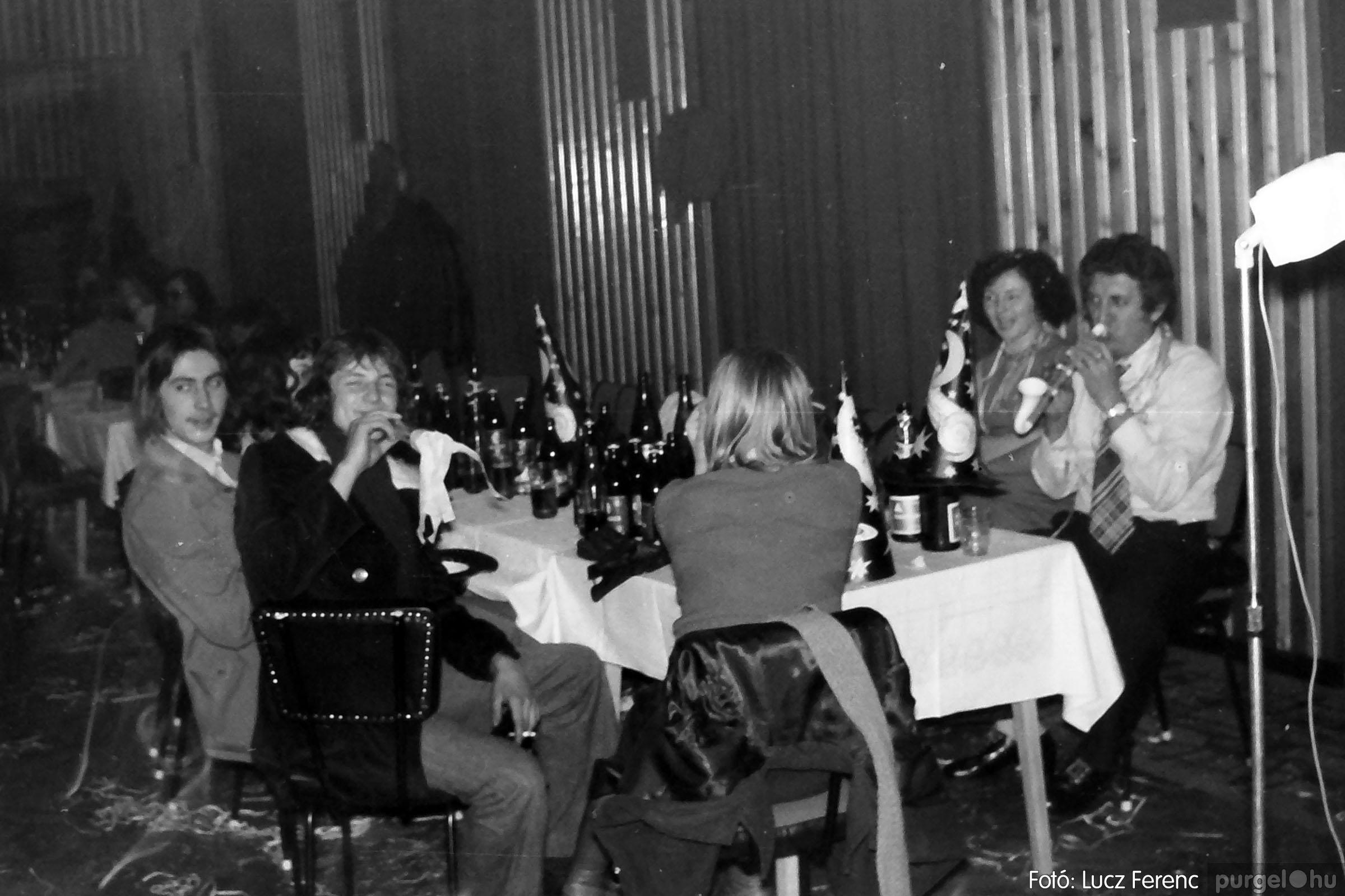030. 1975.12.31. Szilveszter a kultúrházban 021 - Fotó: Lucz Ferenc.jpg