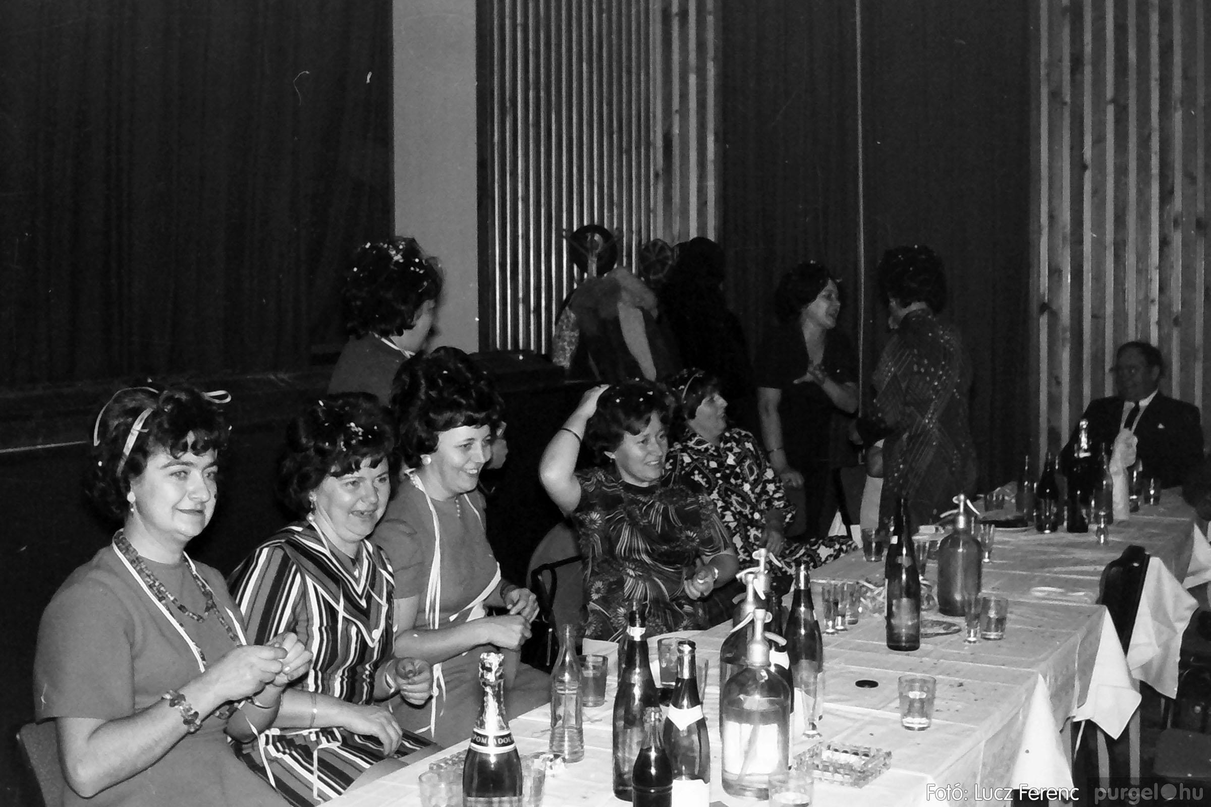 030. 1975.12.31. Szilveszter a kultúrházban 003 - Fotó: Lucz Ferenc.jpg