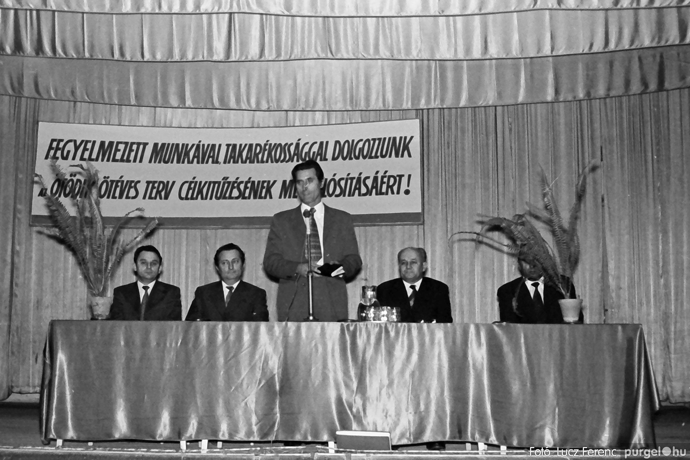 032. 1976. Az ötödik ötéves tervért... 005 - Fotó: Lucz Ferenc - IMG00183q.jpg